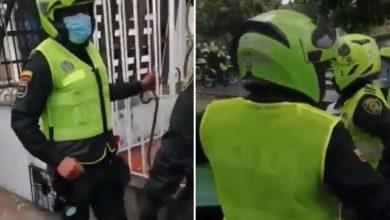 Denuncian que policías se ponen chalecos al revés para ocultar su número