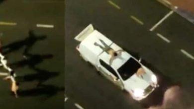 ladrones de bancos amarraron rehenes en sus carros para huir
