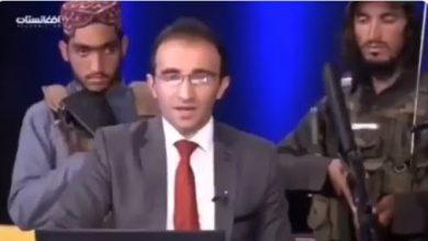 periodista rodeado de talibanes armados